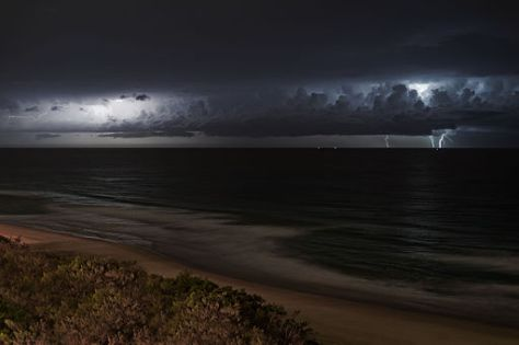 Lightning_storm_over_ocean_at_night