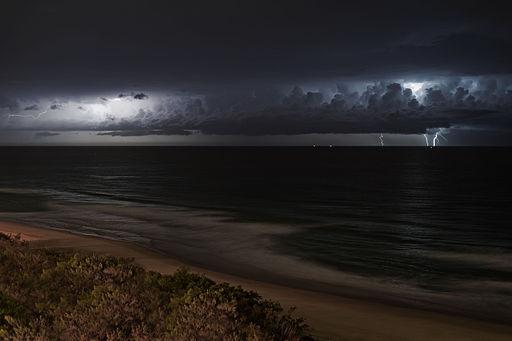 Lightning_storm_over_ocean_at_night