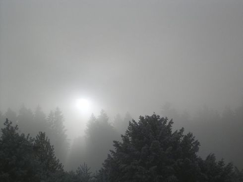 800px-Sun_shining_through_thick_Stratus